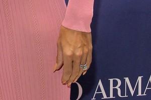Пам получи голям диамантен пръстен от съпруга си, за когото се омъжи за втори път