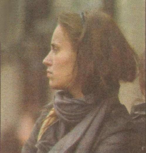Радина се е свила от студ в очакване на Деян Донков. Въпреки мивнусовите температури болната актриса е облечена с разкопчано късо кожкено яке
