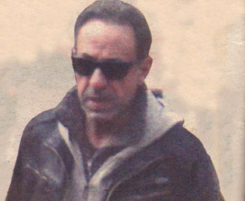 Въпреки минусовите температури, Кафалиев не сваля слънчевите си очила.