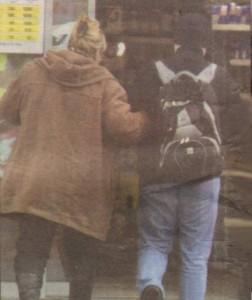 След слизането си от автобуса дамата приятелски хвана под ръка Руслан и двамата се отправихо към близкото кафене.