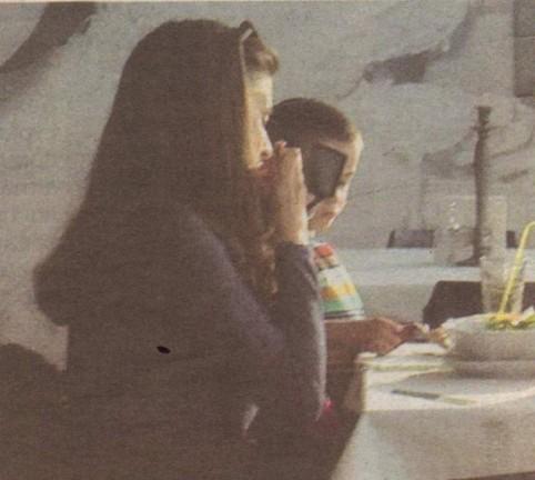 Докато компанията обядваше, суетната Саня извади огледало от чантата си и започна да се разкрасява.
