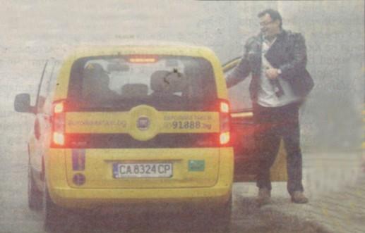 Натирен от ресторант заради пиянски скандал, Ласкин се прибра у дома с такси. Преди това обаче не пропусна да си вземе бутилка вино.