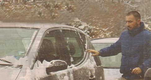 """Антон набързо разчисти с ръце снега от автомобила си. И все пак по стъклата му останаха """"бели петна"""", затрудняващи видимостта."""