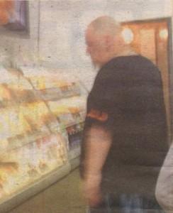 Промоутърът, който пpеди време свали 17 килограма, оглежда витрината с банички и бутерки. Волята му обаче надделява над апетита. Браво, Фьнки!