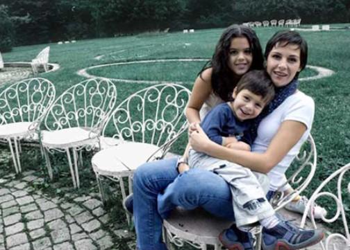 Гергана Стоянова с двете си деца, за които мъжът й Венко отказва да плаща издръжка