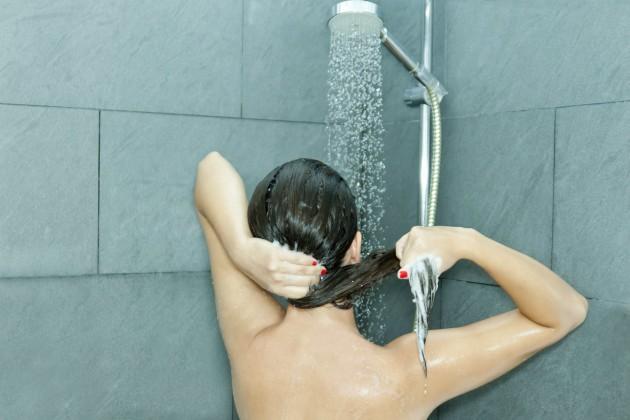 Как да мием боядисана коса