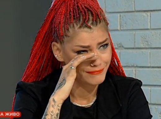 Жана плаче след ареста и побоя