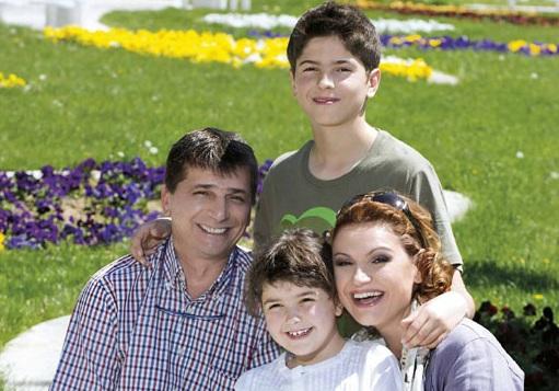 Ани, съпругът й Бранко и двете им деца