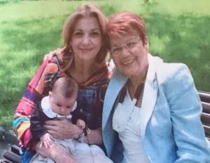 Три поколения Сантови - мама, баба и внучка