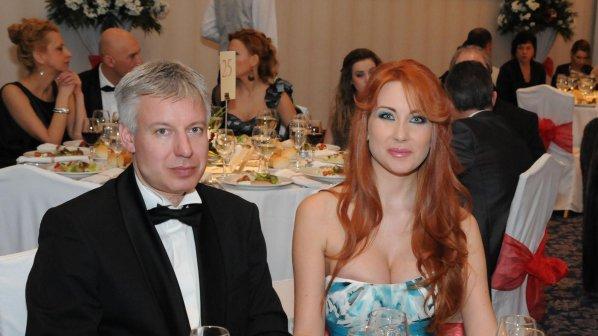 Мъжът на Антония Петрова Фалира!!! Профука 3 млн. евро в България! Сега залага бижутата на Тоца!