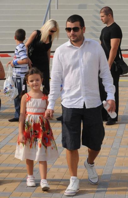 Ава се радва за новото семейство на баща си