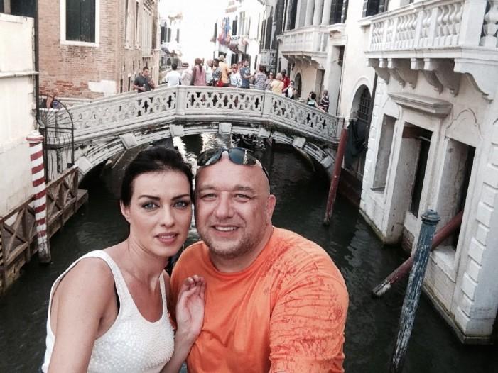Министър Кралев глези Виктория Петрова във Венеция – Виж колко му струва: