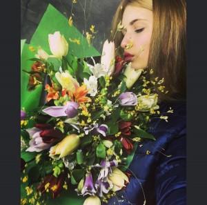 Анджи с цветя от Крис Ненков