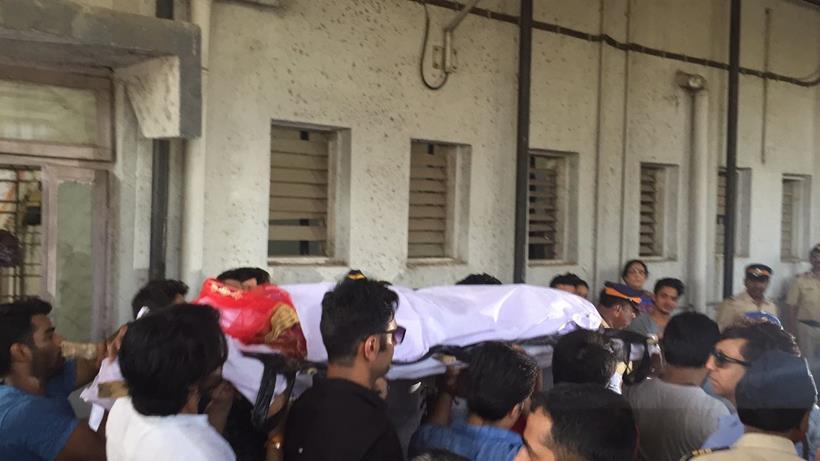 Близките на актрисата изнасят тялото й за погребението
