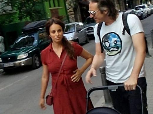 За първи път! Радина и Деян Донков на разходка с бебето! Уникални Снимки: