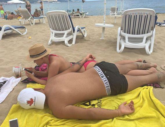 Деси и Благой се изтягат на плажа