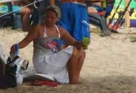 Лора Крумова стои с дрехи на плажа – срамува се от килограмите си! Снимки: