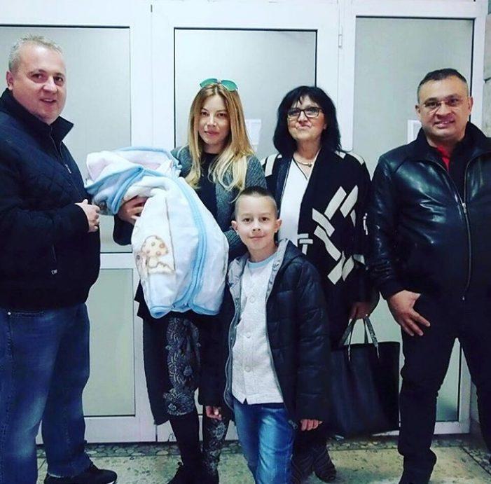 Уникални Снимки! Ето как Емилия и малката Мира бяха изписани от болницата! Виж Тук: