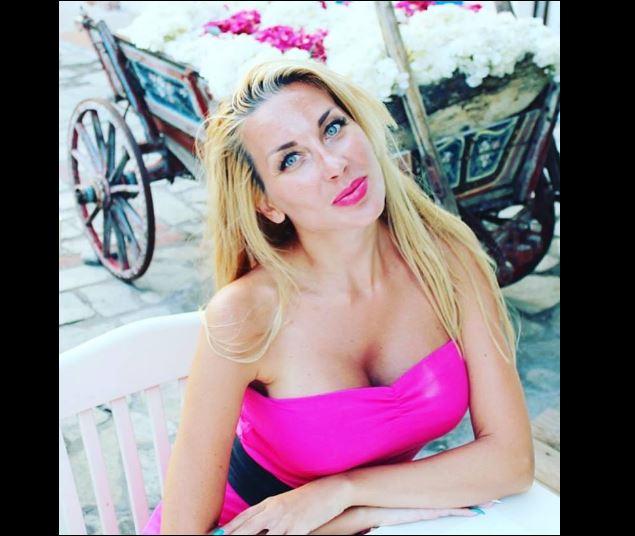 Ц*ците на Антония Петрова се Изтърколиха преди нея от Леглото! СНИМКА: