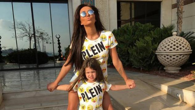 Майка и дъщеря рекламират известен дизайнер