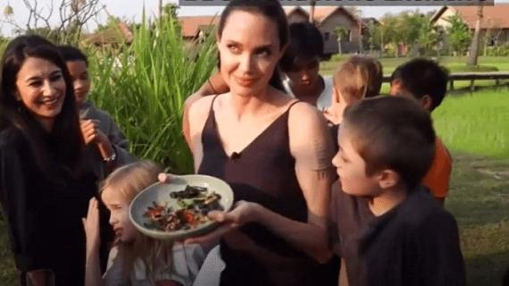 Ужас! Анджелина Джоли накара Децата си да Ядат… Паяци и Скорпиони! СНИМКИ+ ВИДЕО: