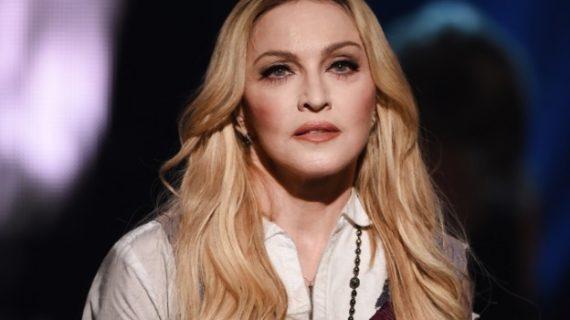 Баба ли? Не! Мадона си показа голото дупе!