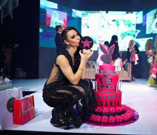"""Маги Бадер разходи голо дупе на рождения ден на """"Плейбой"""" – СНИМКИ:"""