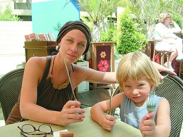 Нана със сина си Джейсън