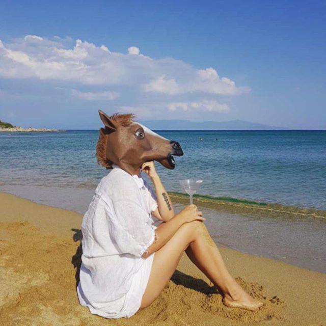 Тенчева се налива на плажа с конска маска на главата