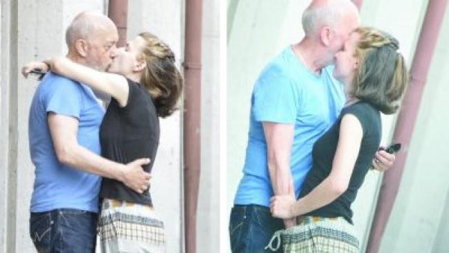 Скандал! Актьорът Стоян Алексиев  пуска ръка в гащите на 22- годишна любовница! Снимки+ Подробности: