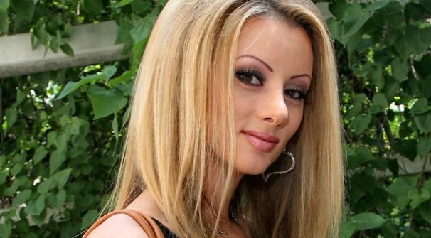 Прясно разведената Таня Боева се натиска с младия си любовник на плажа! СНИМКИ: