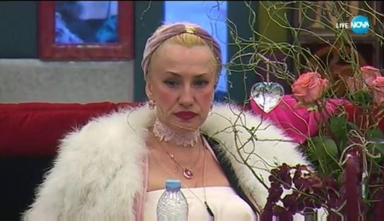 Сашка Васева не спира да хленчи за пари в къщата